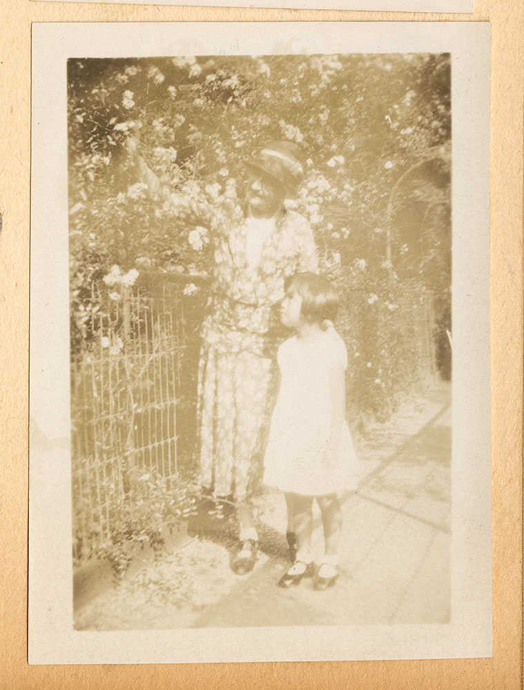 Jessie Howie with a little girl in an arbor